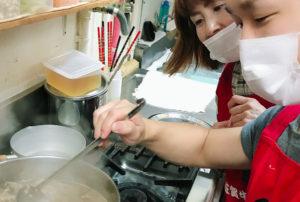 新長田にあるやきにくホルモン壱番の最高級黒毛和牛すじ肉を作っている画像
